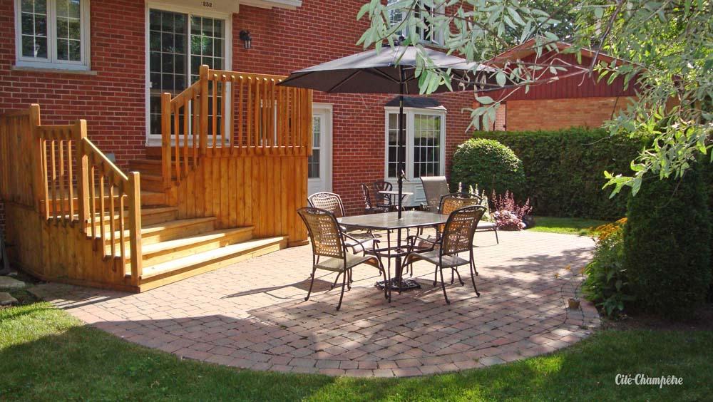 Cette terrasse ombragée, ainsi que son escalier, remplace une ancienne terrasse tout-bois rongée par le temps.