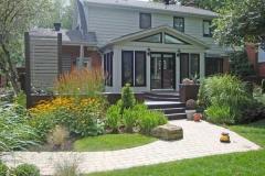 Jardin intégrant de nouvelles textures végétales et une terrasse de bois révisée.