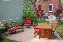 Jardin intime qui, au fond de la cour, se prête admirablement bien à la détente et à la lecture.