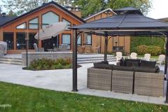 Cet immense patio en deux paliers, aux dimensions imposantes, a été pensé pour y tenir des réceptions.