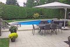 Une nouvelle terrasse rafraîchissante, point de rassemblement entre la piscine et la demeure.