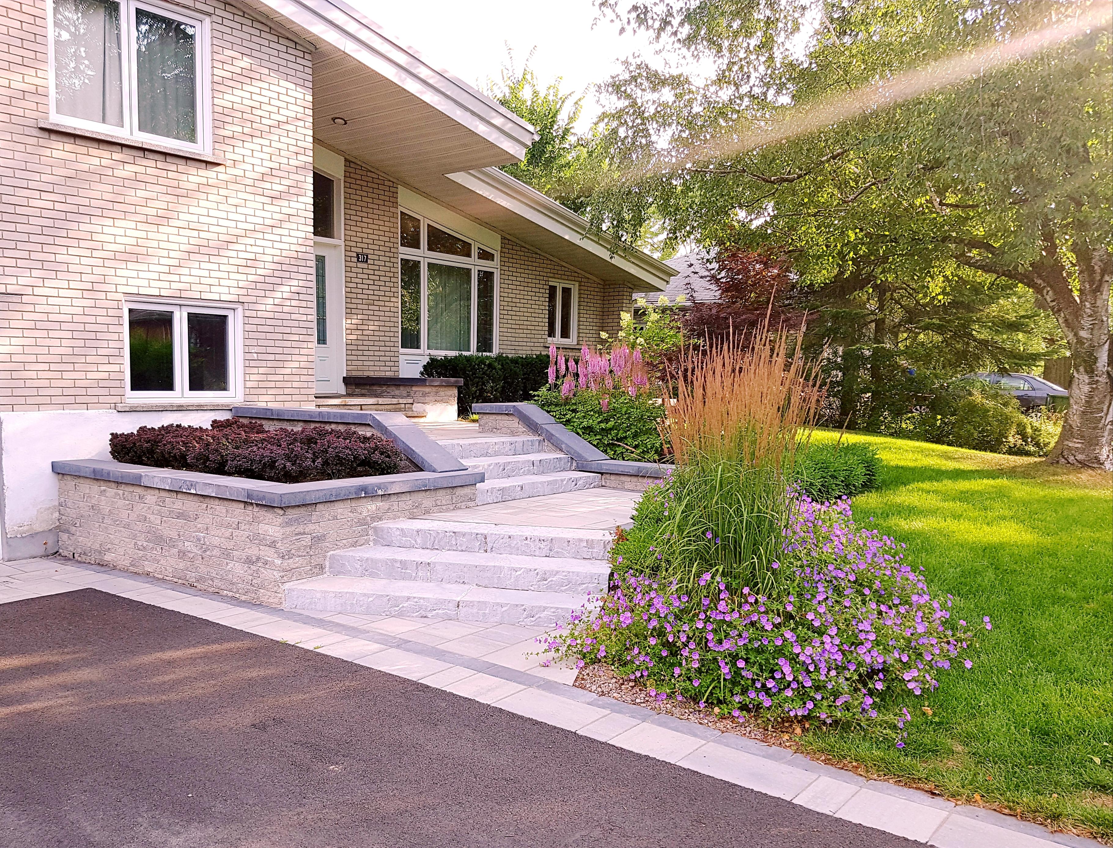 Une nouvelle configuration d'entrée, appuyée par les coloris végétaux, rend l'accueil de cette résidence beaucoup plus cordial et chaleureux