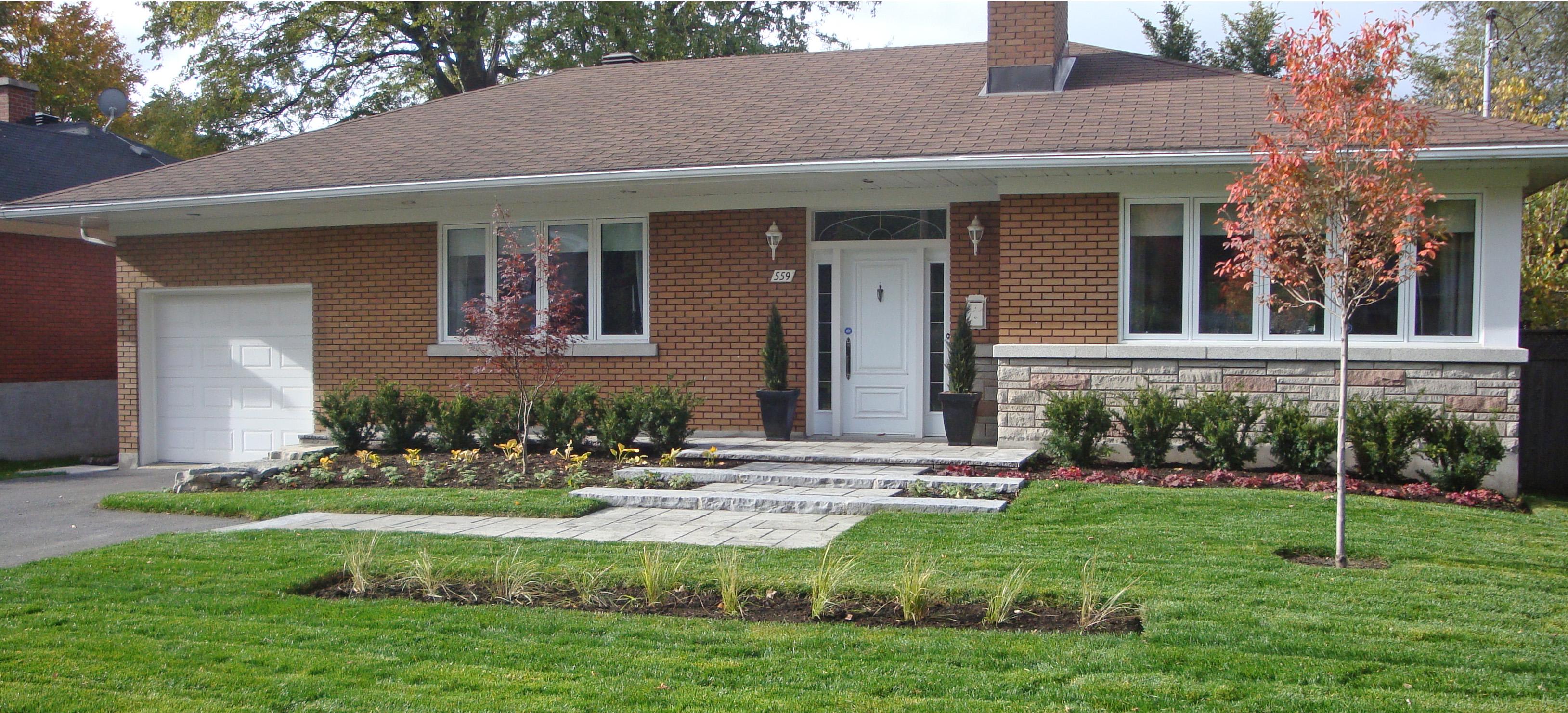 Redynamisation complète de la façade, par l'introduction d'éléments soulignant l'horizontalité de la résidence.