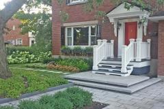 Détail du traitement du portique d ' entrée, dont les textures et les teintes créent un enrobement autour de la porte, point focal de la résidence.